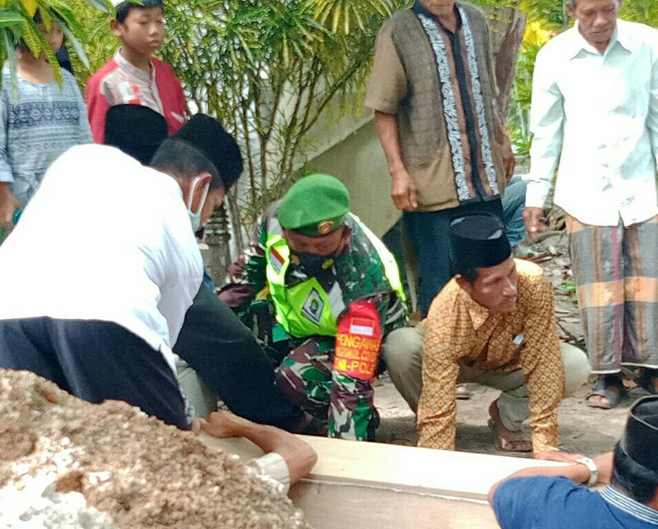 Babinsa Desa Tanjung  Melayat Ke Rumah  Almarhumah Hasibah Salah Satu Warga Binaannya