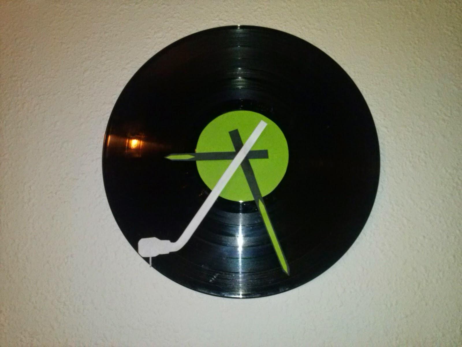 Reloj de pared con disco de vinilo manualidades forja ideas - Decoracion con discos de vinilo ...