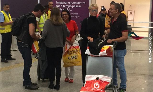 Xuxa desembarca no Brasil e é recebida pelo namorado Junno