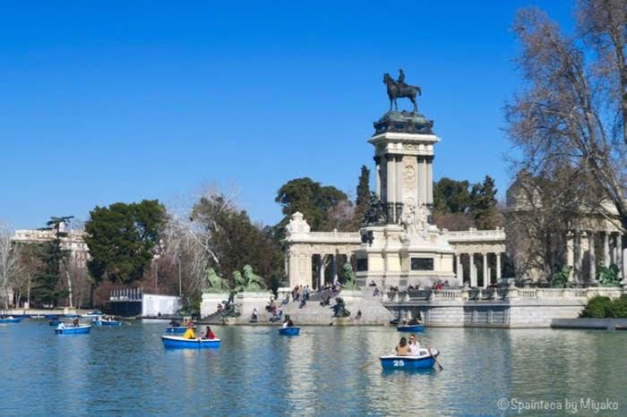 マドリードのレティーロ公園でボート遊びをする人たち