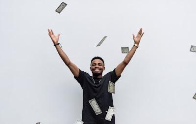 Homem jogando dinheiro para o alto