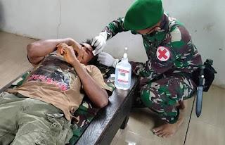 Buruh Sawit Terluka Tertimpa Kayu Satgas Yonif RK 623/BWU Berikan Pertolongan