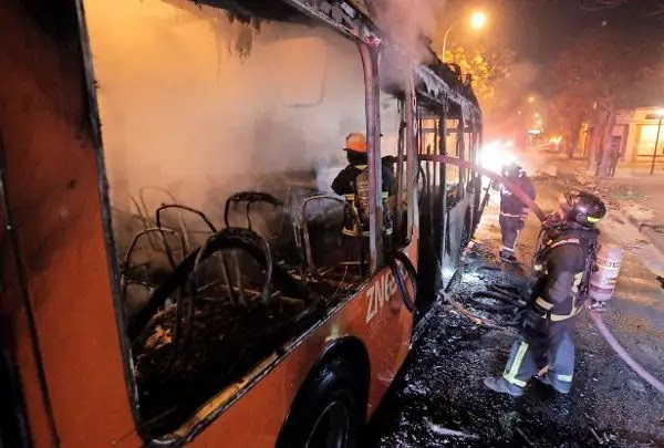 Queman tres buses y atacan una iglesia en durante la noche