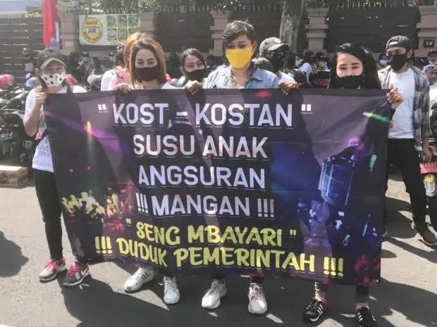 Ratusan Purel Menuntut Risma di Balai Kota Surabaya