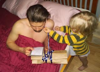 Saippuakuplia olohuoneessa- blogi, kuva Hanna Poikkilehto, isänpäivä, isä, lapsi,
