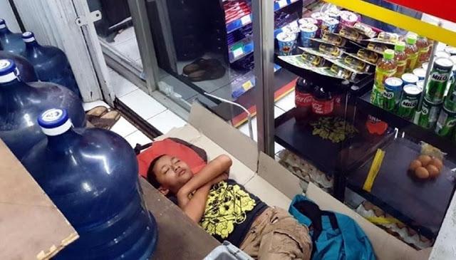 Demi Hidupi Keluarga, Beginilah Perjuangan Bocah 12 Tahun yang Tidur di Teras Minimarket