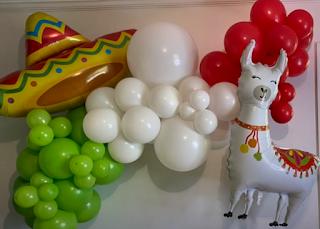 Ballondekoration mit Sombrero und Lama im mexikanischen Stil.