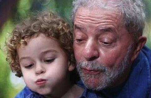 Lula acompanha velório de neto em São Bernardo