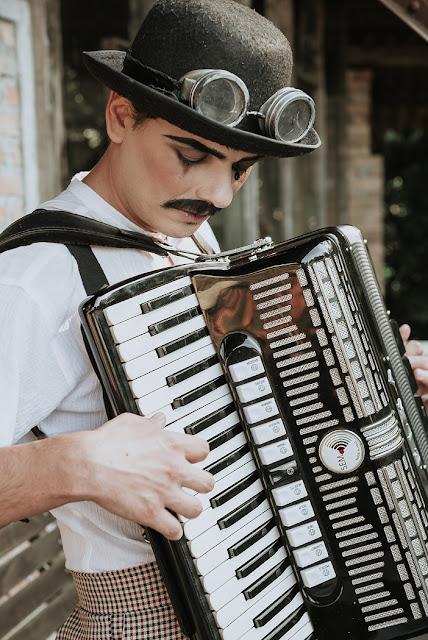 sanfoneiro é uma ideia criativa de atração para recepcionar os convidados na sua festa de casamento.