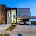 Fachada de casa contemporânea com entrada imponente com pano de vidro e porta painel!