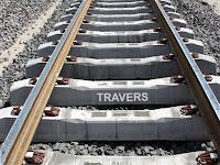 Bir demiryolu rayları altına dizilmiş beton traversler
