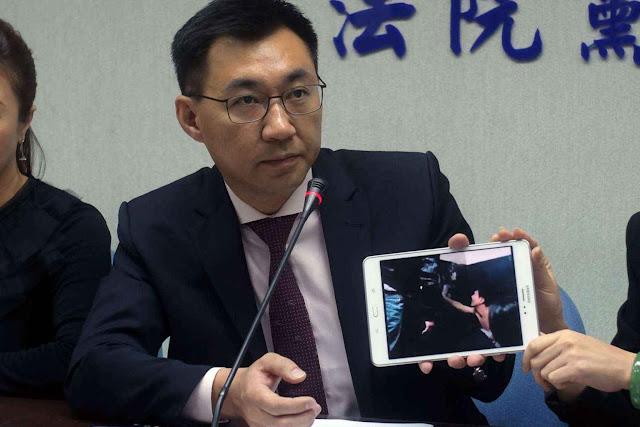 J. Chiang, do partido KMT, exibe um vídeo com o sequestro de cidadãos taiwaneses
