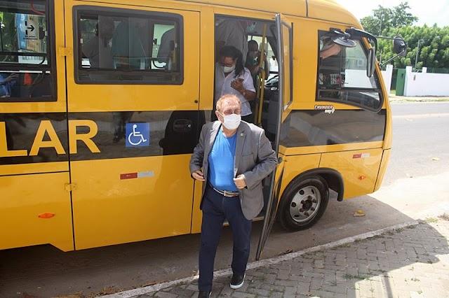 Prefeito Mão Santa entrega mais um micro-ônibus escolar à Secretaria Municipal de Educação