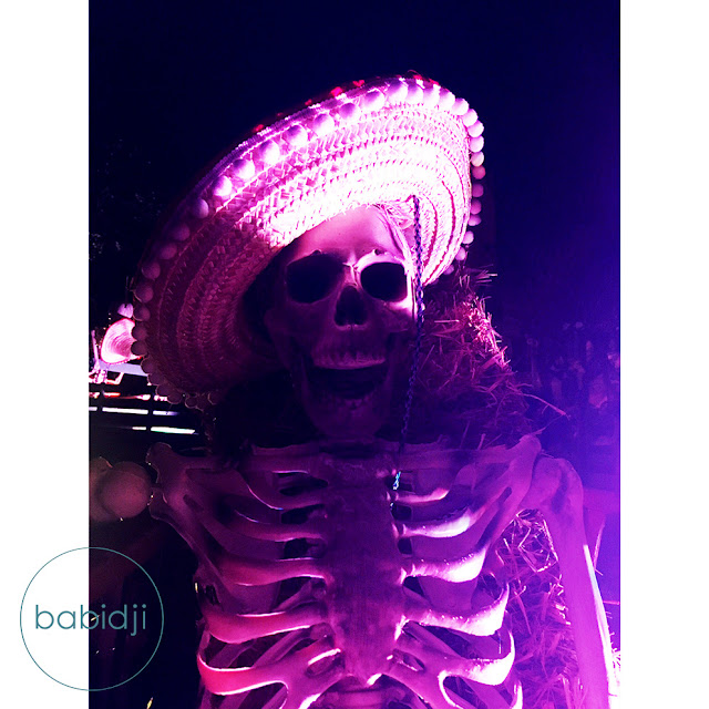 squelette avec chapeau de paille dans le jardin public lors du Biarritz Halloween