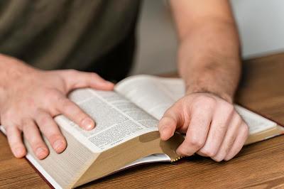 estudo sobre a bíblia, benefícios da leitura biblica, motivos para ler a bíblia, estudar a biblia, biblia sagrada estudos, esboço sobre a biblia, sermão sobre estudar a biblia, devemos estudar a biblia,