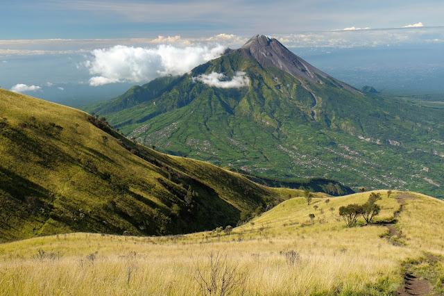 Gunung Merbabu Jalur Suwanting dan view Gunung Merapi