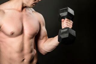 homem fitness treinando bíceps braço