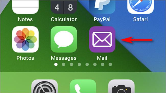 "رمز تطبيق ""Mail"" مخصص على iPhone."