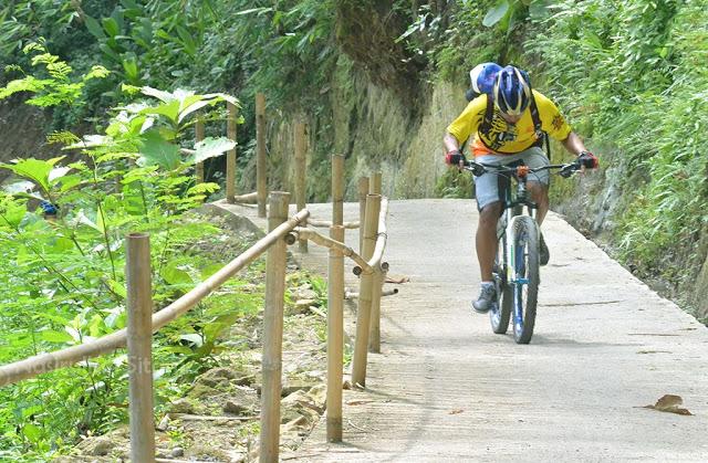 Pesepeda melewati tanjakan curam di Curug Goa Kebon