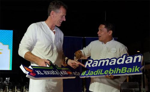 "Direktur Komersial XL Axiata, Allan Bonke ( kiri ) bersama General Manager Finance & Management Service XL Axiata West Area, Horas Martua Lubis dalam acara peluncuran Program Penuh Manfaat ""Ramadan #JadiLebihBaik"