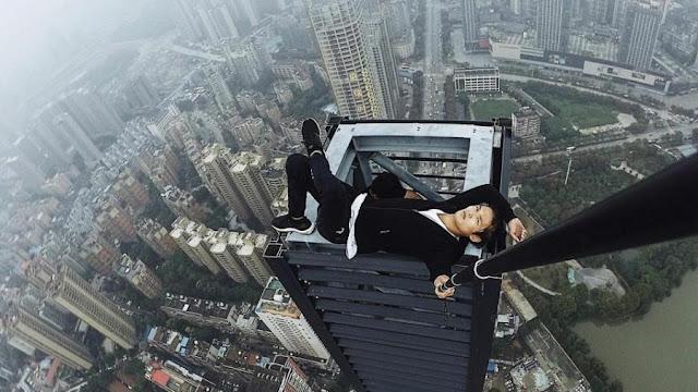 """فيديو.. """"ومن السيلفى ما قتل"""".. وفاة مغامر صينى أثناء التقاط صورة من الطابق الـ62"""