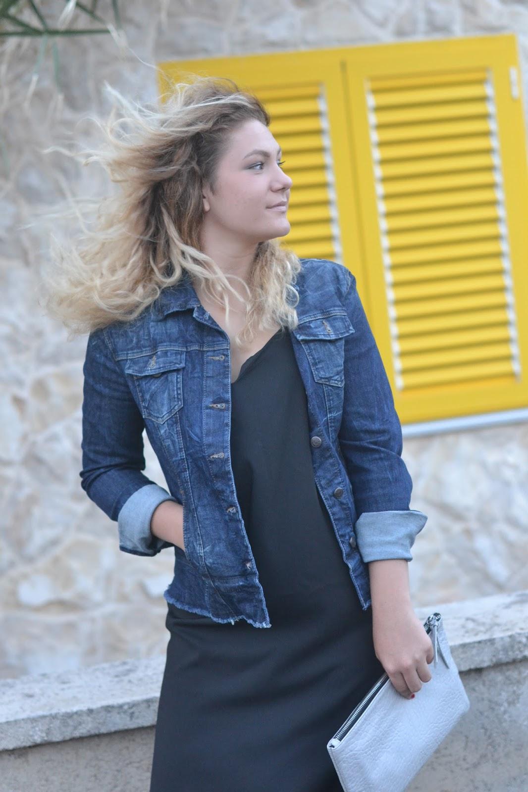 Jeansjacke und schwarzes kleid