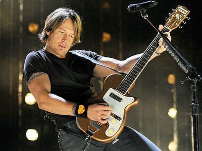 Foto de Keith Urban tocando en concierto
