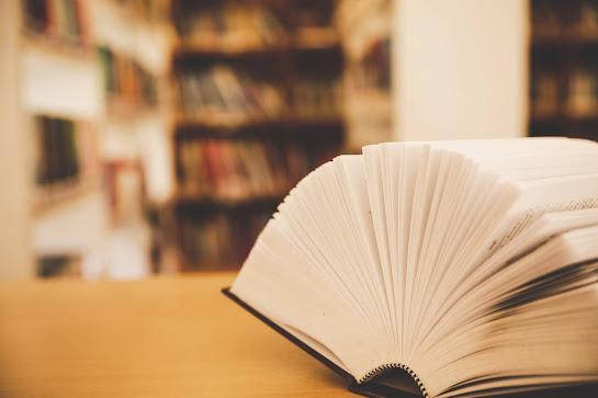 Libro en biblioteca fotografía por JComp