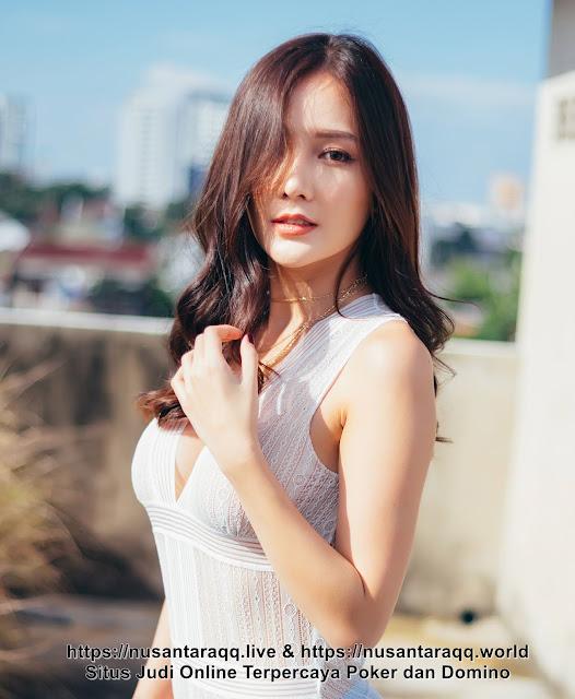 16 Foto Model Cantik Cute Berbusana Transparan
