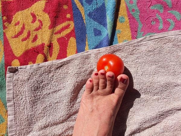 gilda pedone schiaccia un pomodoro per gli amanti del fetish 899 211 107
