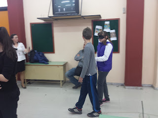 Παιδιά κάνουν βιωματικό με μάσκα
