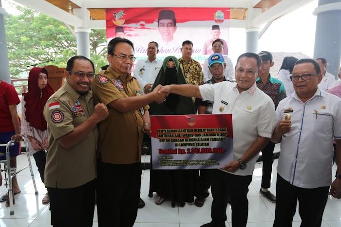 Kementerian Sosial RI, Serahkan Santuan dan Jaminan Hidup Untuk Korban Tsunami di Lampung Selatan Senilai Rp.2,342 Miliar.