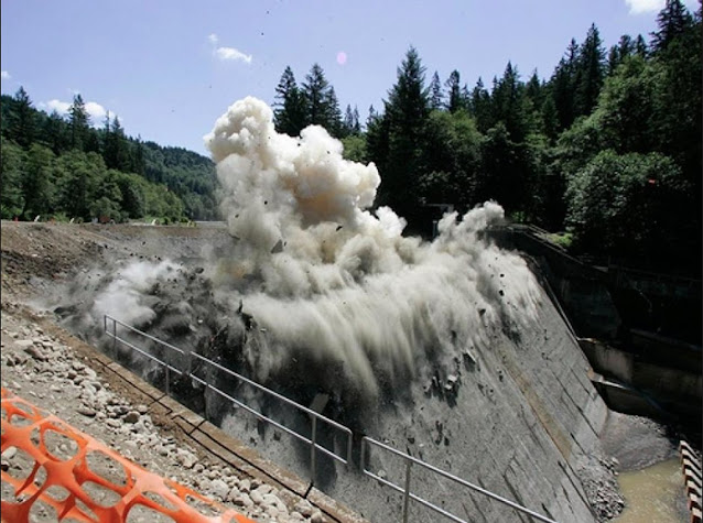 Đập thủy điện Marmot Dam cao 15 m tại tiểu bang Oregon của Mỹ lúc bị phá hủy