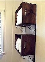 Cajones de madera reciclados en el baño