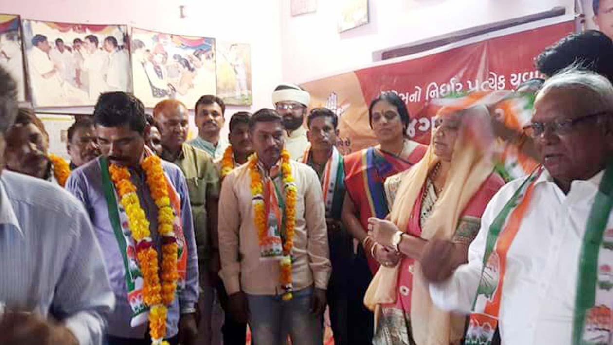 झाबुआ जिपं अध्यक्ष सुश्री भूरिया गुजरात चुनाव प्रचार-प्रसार में सक्रिय दो वाहनों में कार्यकर्ताओं के साथ रवाना हुई-Zip-President-Ms-Bhuria-active-in-Gujarat-campaign