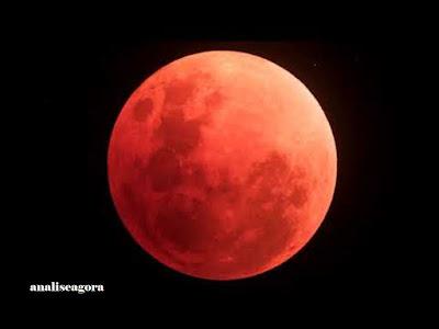 A foto mostra a lua se aproximando da conhecida da Lua de sangue.