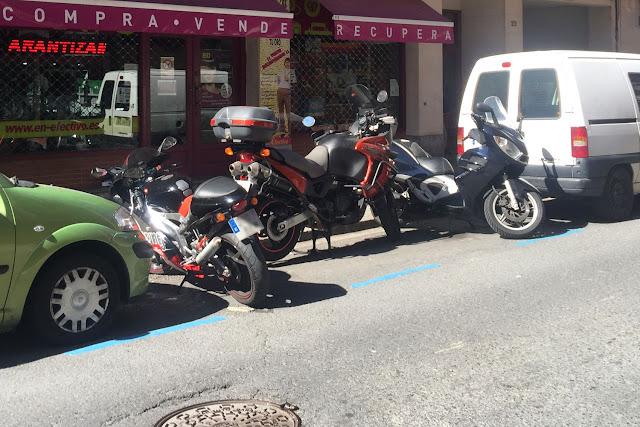 Motos aparcadas en la calle Arrandi