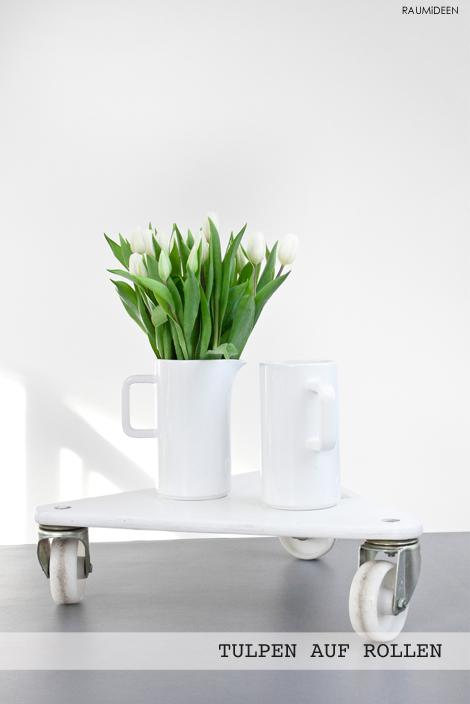 Dekoration mit weißen Tulpen.