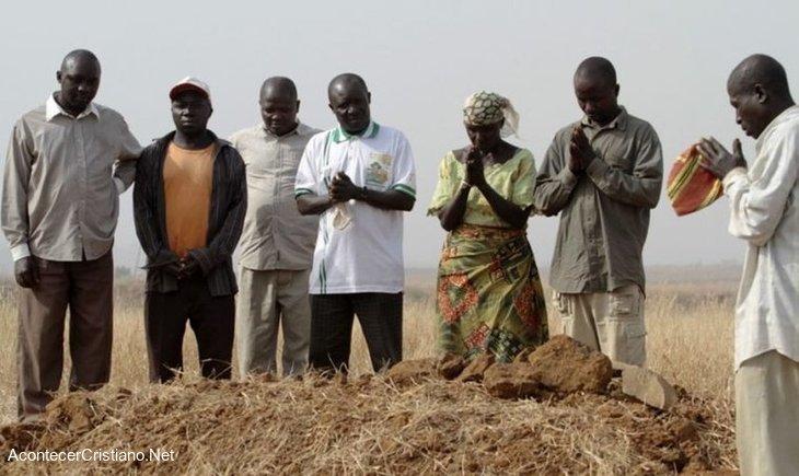 Cristianos nigerianos orando