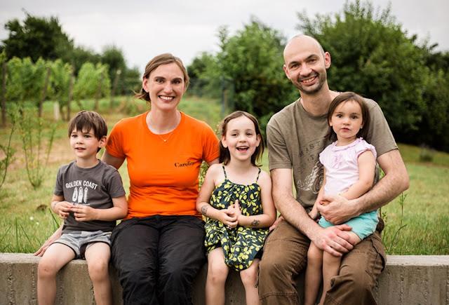 Winzerin Caroline Diel zusammen mit ihrem Ehemann Sylvain und ihren drei Kindern.