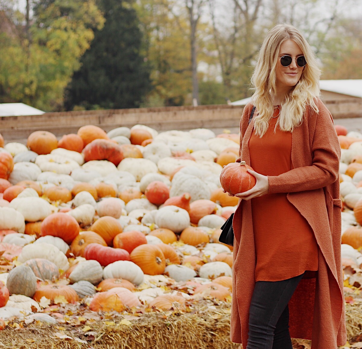 Layering Herbst Outfit Kürbisausstellung, Schloss Ludwigsburg Fashionblog Germany TheBlondeLion Strickmantel Cardigan orange Dress over Pants Ray Ban Round Look