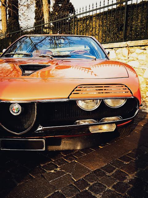 mobil berwarna orange