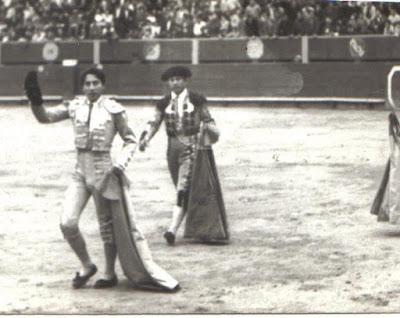 Torero peruano fernando alvarez vuelta ruedo arena plaza toros acho lima años 60 70