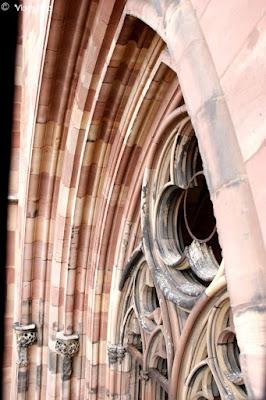 Una delle splendide finestre della Cattedrale di Strasburgo