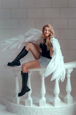 Foto model indoor model cantik dan manis pakai sayap di dalam studio foto