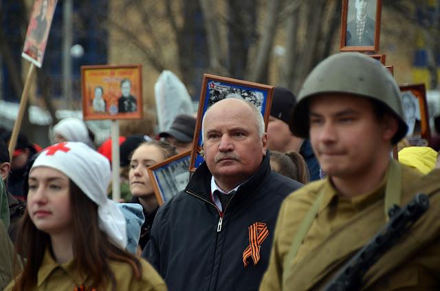 Мер Лысьвы Александр Гончалов в шествии Бессмертного полка