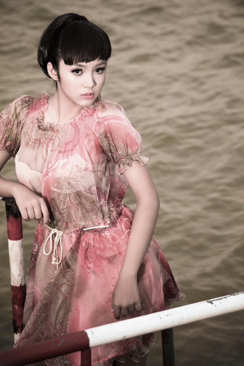 rambut hitam pnajng dan bibir sensual Lê Hoàng Bảo Trân