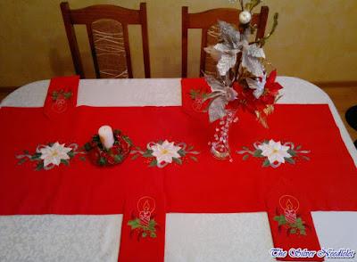 Świąteczny ręcznie wyszywany bieżnik/ Hand embroidered christmas table runner