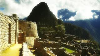 Templo do Sol de Machu Picchu e Huayna Picchu ao Fundo