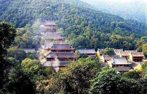 วัดหลิงอิ่น (Lingyin Temple: 灵隐寺) @ www.absolutechinatours.com